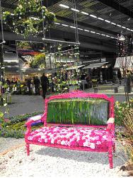 Blommande parkbänk